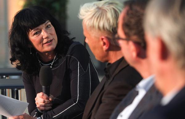 Prof. Dr. Karin Böllert in einer Gesprächsrunde.